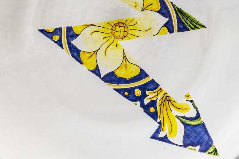 segnalEtica_Alta tensione_dettaglio01 _piatto ceramica maiolica decoro caltagirone pantoù ceramics