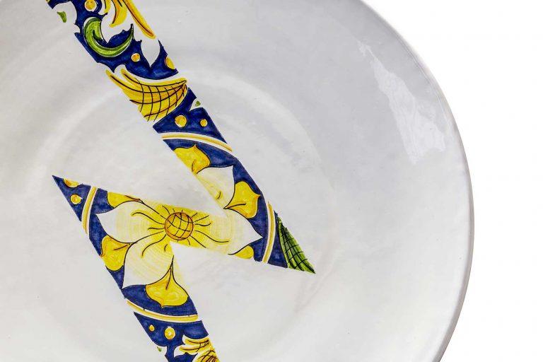 segnalEtica_Alta tensione_dettaglio02 _piatto ceramica maiolica decoro caltagirone pantoù ceramics