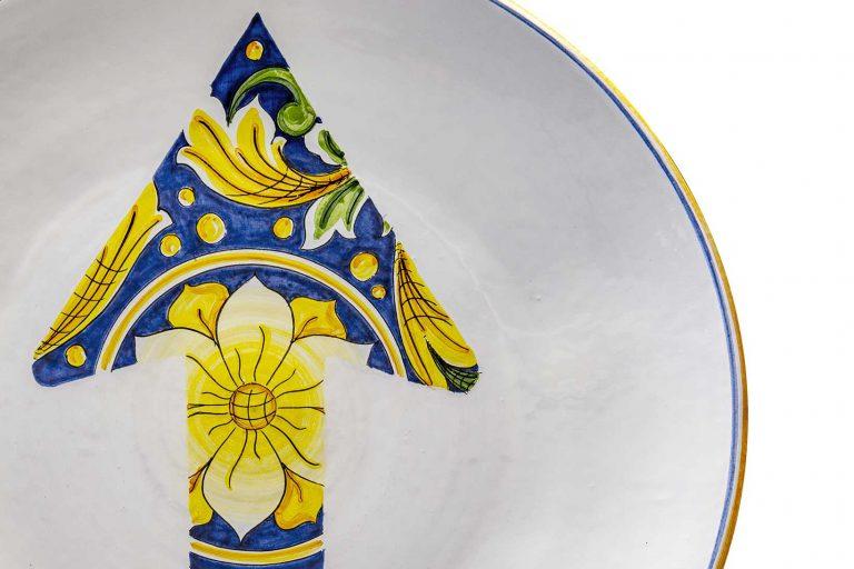 segnalEtica_Freccia_dettaglio02_piatto ceramica maiolica decoro caltagirone pantoù ceramics