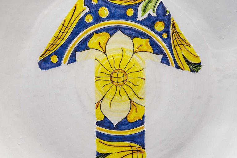segnalEtica_Freccia_dettaglio03 _piatto ceramica maiolica decoro caltagirone pantoù ceramics