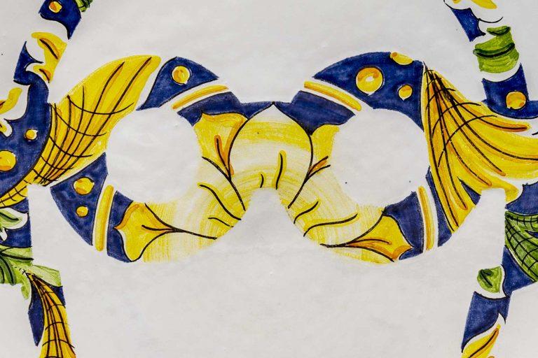 segnalEtica_Occhiali di sicurezza_dettaglio02 _piatto ceramica maiolica decoro caltagirone pantoù ceramics