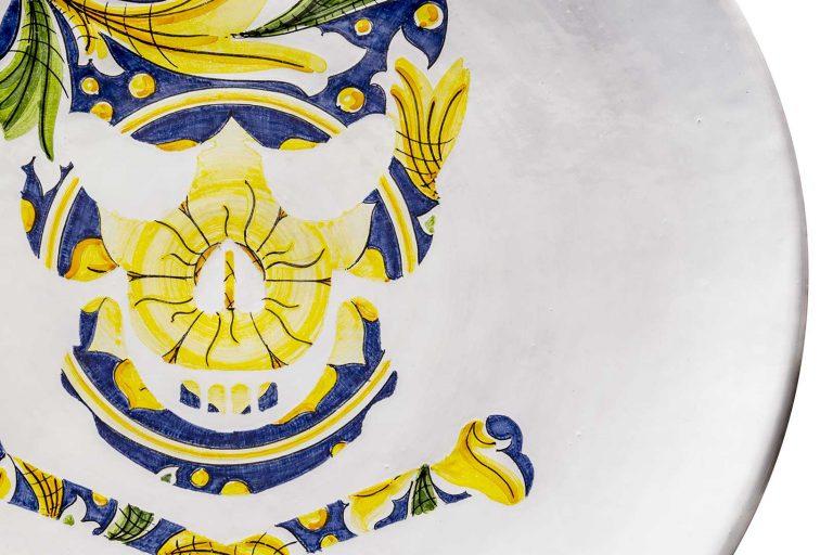 segnalEtica_Pericolo morte_dettaglio02 _piatto ceramica maiolica decoro caltagirone pantoù ceramics