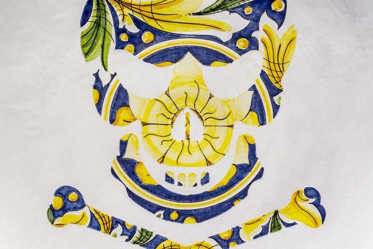 segnalEtica_Pericolo morte_dettaglio03 _piatto ceramica maiolica decoro caltagirone pantoù ceramics