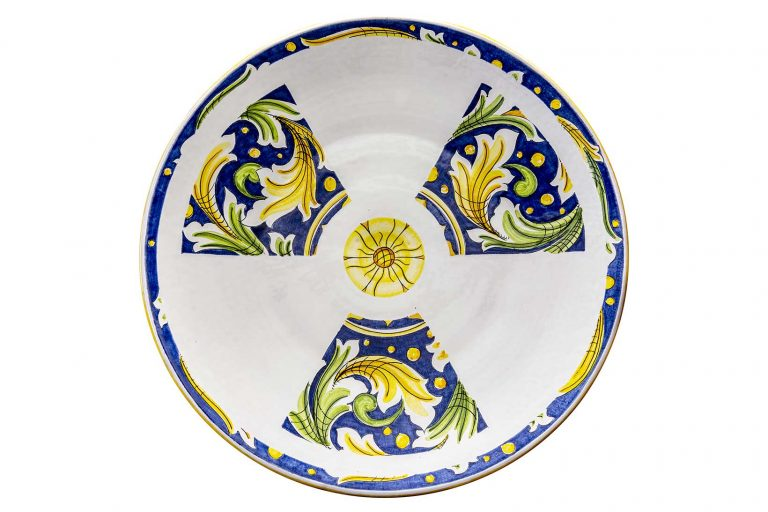 segnalEtica_Radioattività _piatto ceramica maiolica decoro caltagirone pantou ceramics