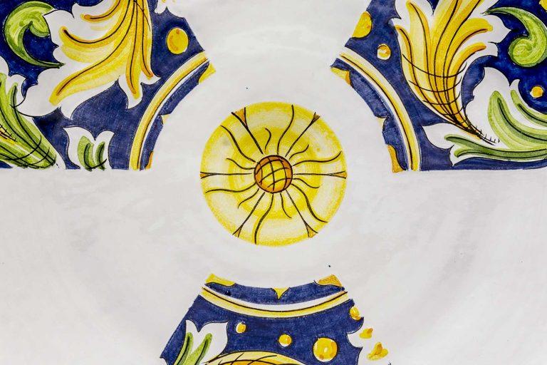 segnalEtica_Radioattività_dettaglio02 _piatto ceramica maiolica decoro caltagirone pantou ceramics