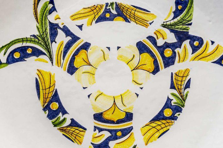 segnalEtica_Rischio biologico_dettaglio03 _piatto ceramica maiolica decoro caltagirone pantou ceramics