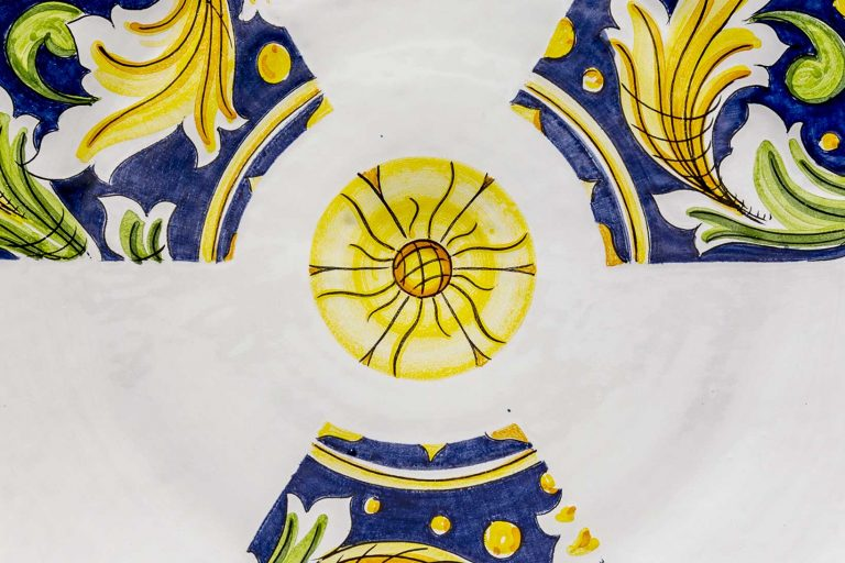 segnalEtica_radioactivity 02_ceramic plate_ majolica_ caltagirone pantou ceramics